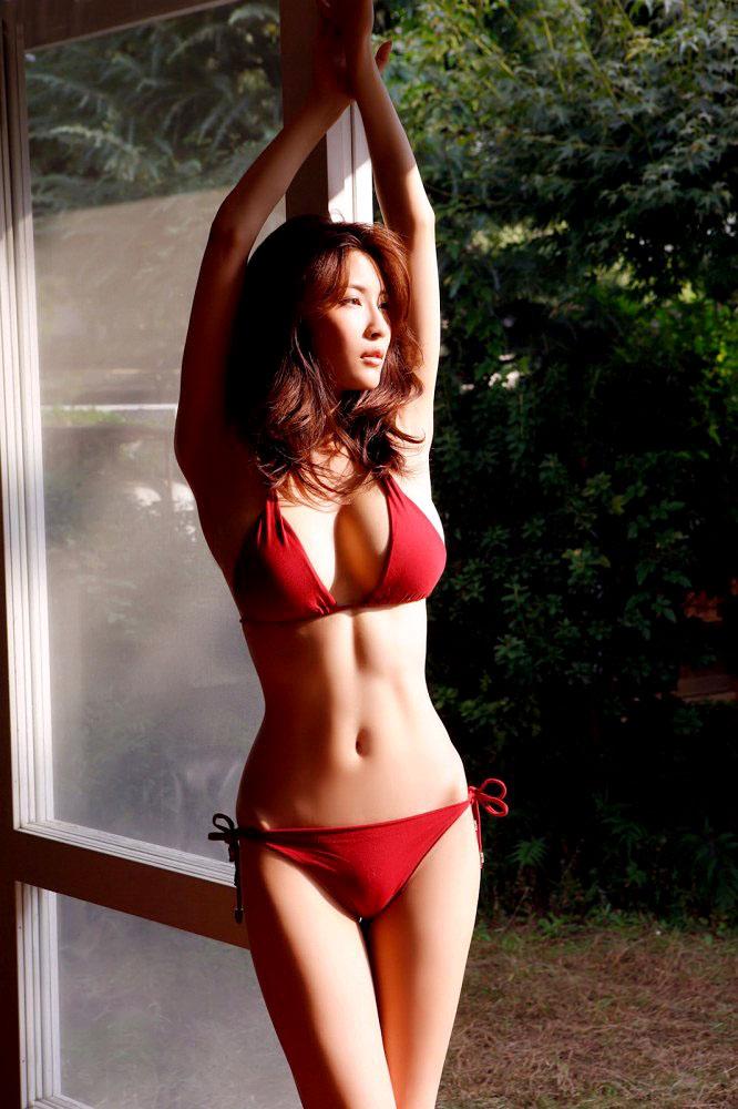【クビレエロ画像】魅力的な女性のボディーラインをクビレたウエストが強調! 08