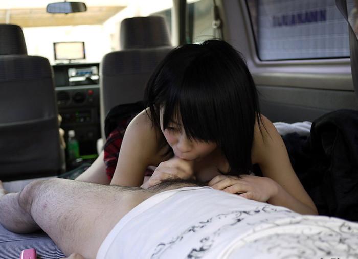 【カーセックスエロ画像】辺りの事など気にもせずカーセックスに励むカップル! 04