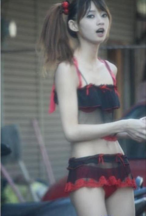 【ビンロウ売りエロ画像】台湾の路上でビンロウを販売する売り子がエロすぎるぞ! 01