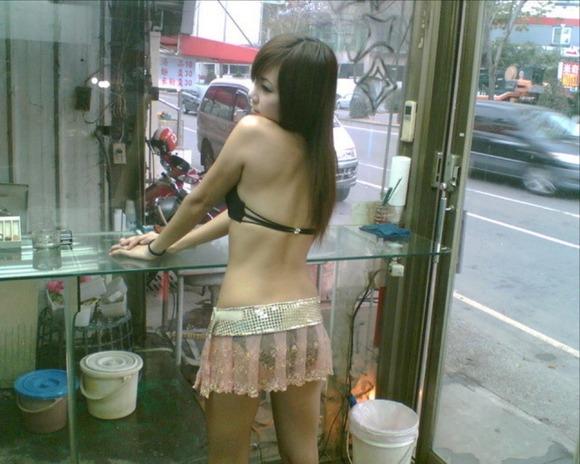【ビンロウ売りエロ画像】台湾の路上でビンロウを販売する売り子がエロすぎるぞ! 05