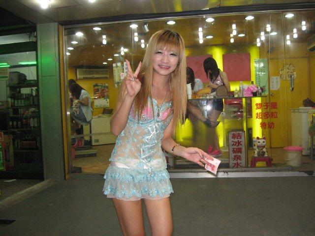 【ビンロウ売りエロ画像】台湾の路上でビンロウを販売する売り子がエロすぎるぞ! 17