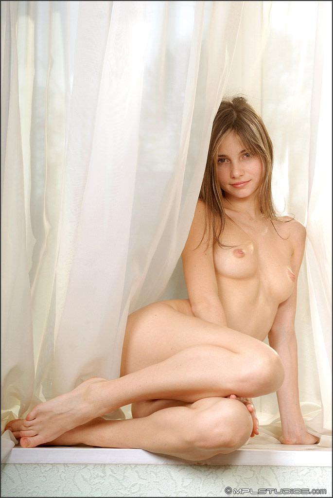 【外国人エロ画像】日本人好み!?これはマジで可愛いと思える金髪美女のエロ画像 11