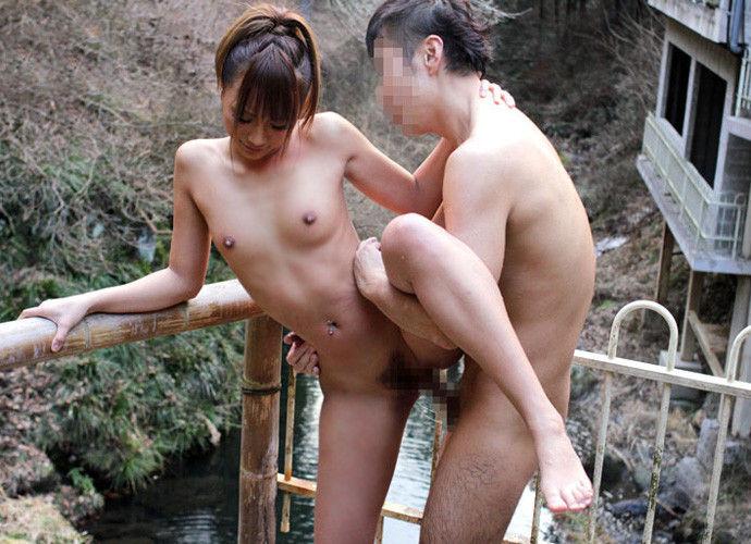 【SEXエロ画像】ベッドの上でのプレイにマンネリしてきたらお風呂場プレイ!w 10