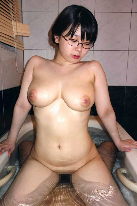 【SEXエロ画像】ベッドの上でのプレイにマンネリしてきたらお風呂場プレイ!w 17