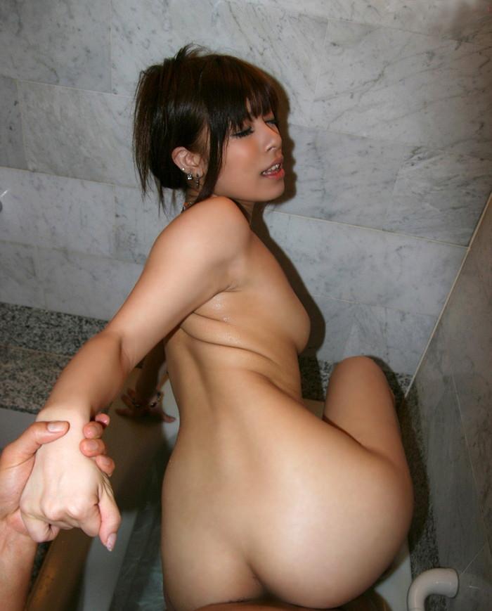 【SEXエロ画像】ベッドの上でのプレイにマンネリしてきたらお風呂場プレイ!w 19
