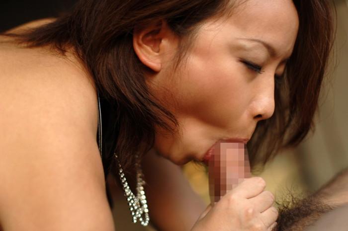 【フェラチオエロ画像】差し出されたチンポをいとおしそうに…好きそうに咥える女たち 06