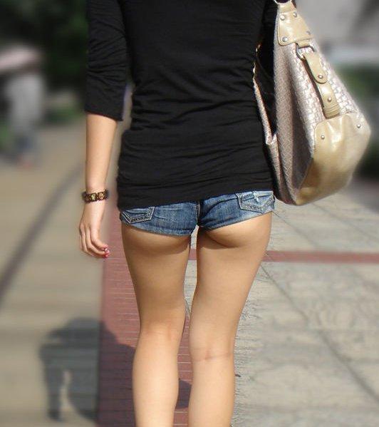 【ホットパンツエロ画像】男性の視線は太ももに釘付け!ホットパンツ! 25