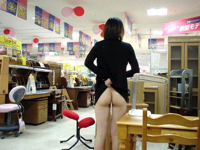【露出エロ画像】営業中の店内でまで露出決行する女の子ってすごくないか?w 14