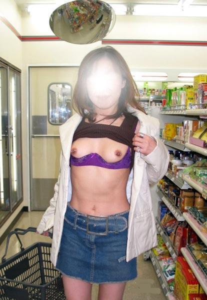【露出エロ画像】営業中の店内でまで露出決行する女の子ってすごくないか?w 20
