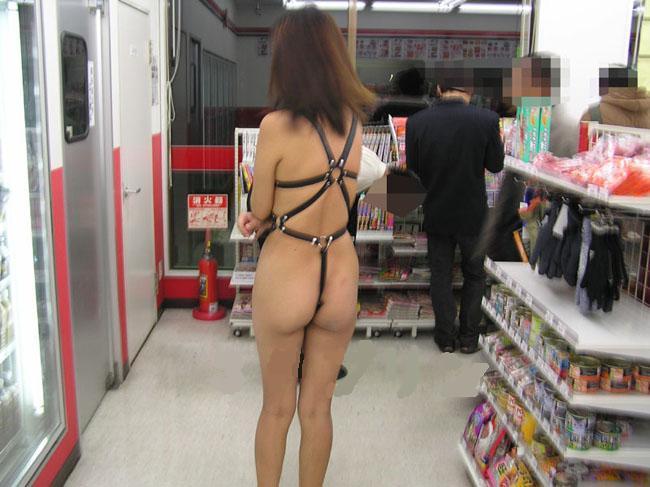 【露出エロ画像】営業中の店内でまで露出決行する女の子ってすごくないか?w 21