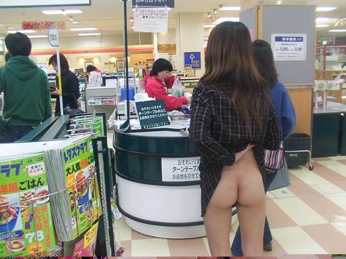 【露出エロ画像】営業中の店内でまで露出決行する女の子ってすごくないか?w 22