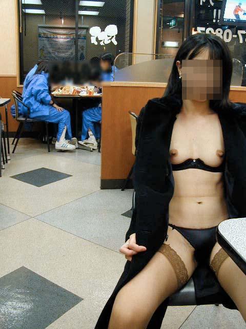 【露出エロ画像】営業中の店内でまで露出決行する女の子ってすごくないか?w 24
