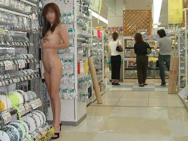 【露出エロ画像】営業中の店内でまで露出決行する女の子ってすごくないか?w 25