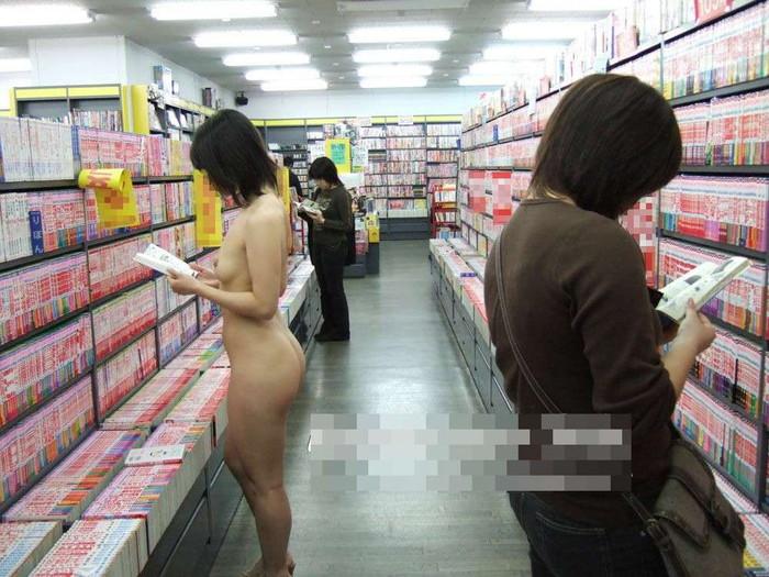【露出エロ画像】営業中の店内でまで露出決行する女の子ってすごくないか?w 32