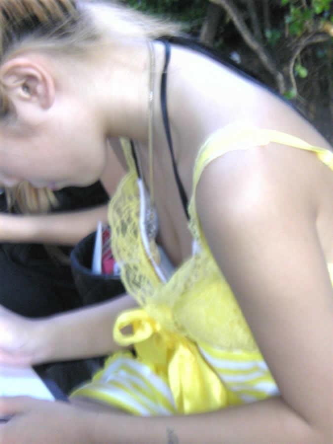 【胸チラエロ画像】こう寒いと女の子が薄着になる季節が恋しいと思いませんか?w 10