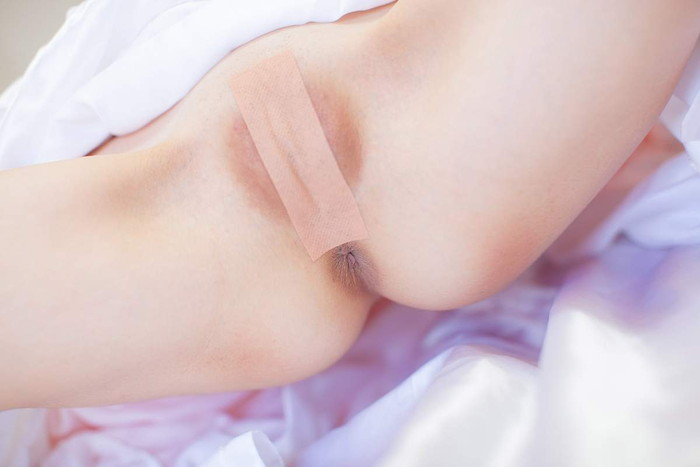 【絆創膏エロ画像】小さなテープ一枚で隠された絶対領域がエロすぎるぞ! 07