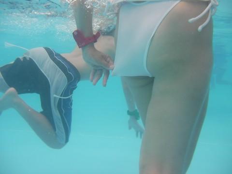 【水面下エロ画像】水面下での水着の女の子達の姿が想像以上にエロッ! 16