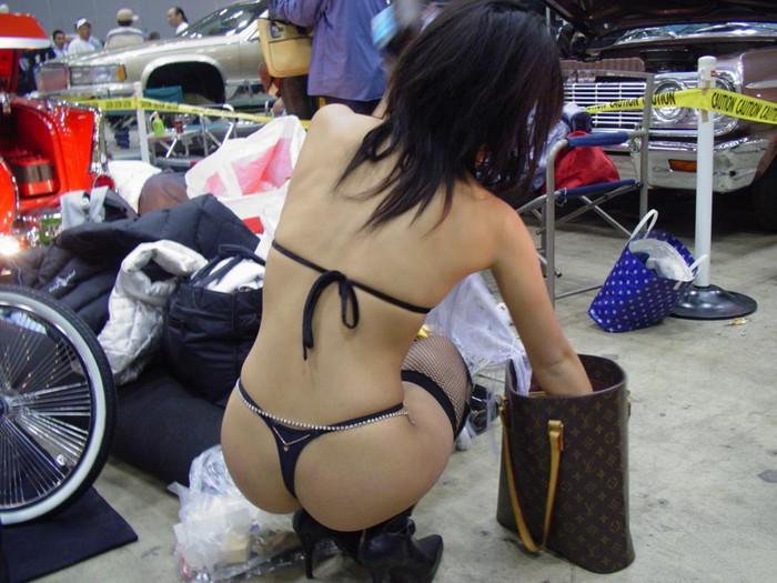 【キャンギャルエロ画像】大衆の面前で過激衣装で魅了!これって法に触れないの? 25