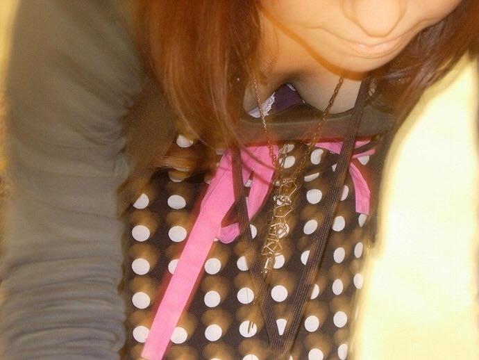 【胸チラエロ画像】街中で偶然見かけたハプニングシーン!胸チラ! 14