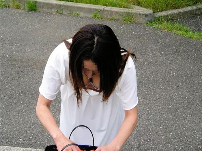 【胸チラエロ画像】街中で偶然見かけたハプニングシーン!胸チラ! 32