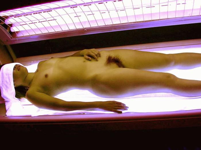 【日サロエロ画像】日焼けマシーンの中でのギャルたちの行動に唖然!w 27