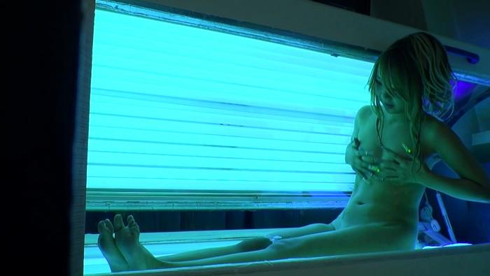 【日サロエロ画像】日焼けマシーンの中でのギャルたちの行動に唖然!w 34