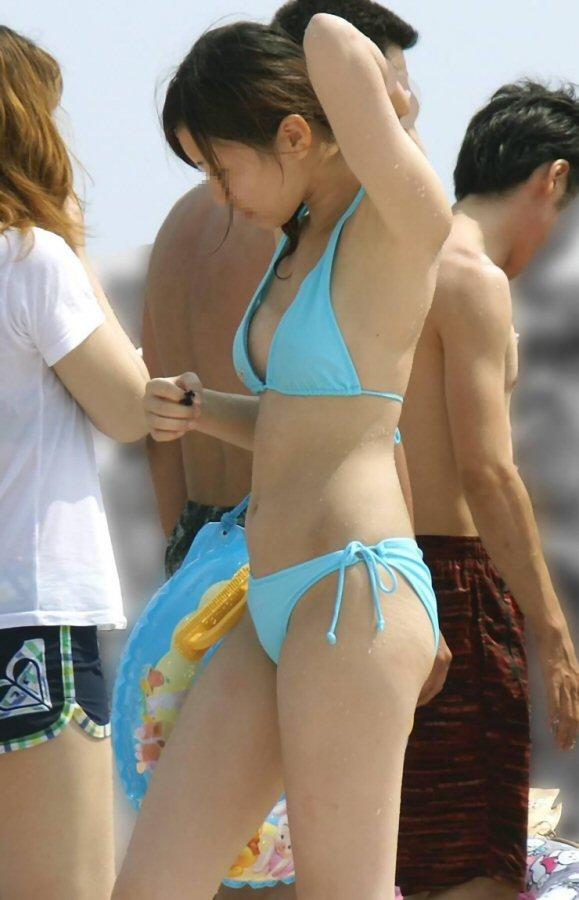 【水着エロ画像】神の悪戯か!?ビーチで偶然に捉えた素人娘のハプニング! 13