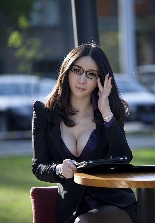 【眼鏡っ子エロ画像】普段は真面目そうに見える女の子の裸ほどエロイと思う! 13
