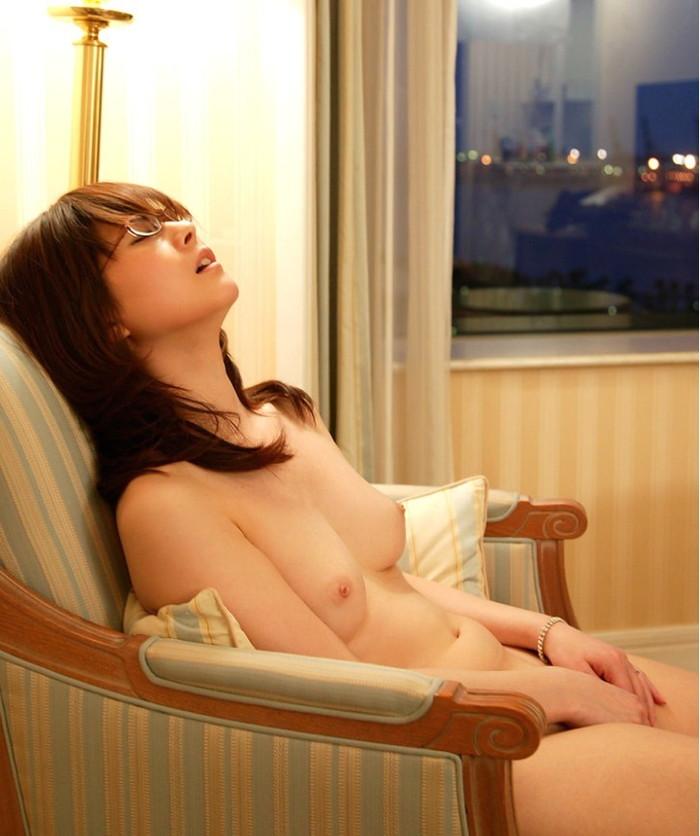 【眼鏡っ子エロ画像】普段は真面目そうに見える女の子の裸ほどエロイと思う! 16