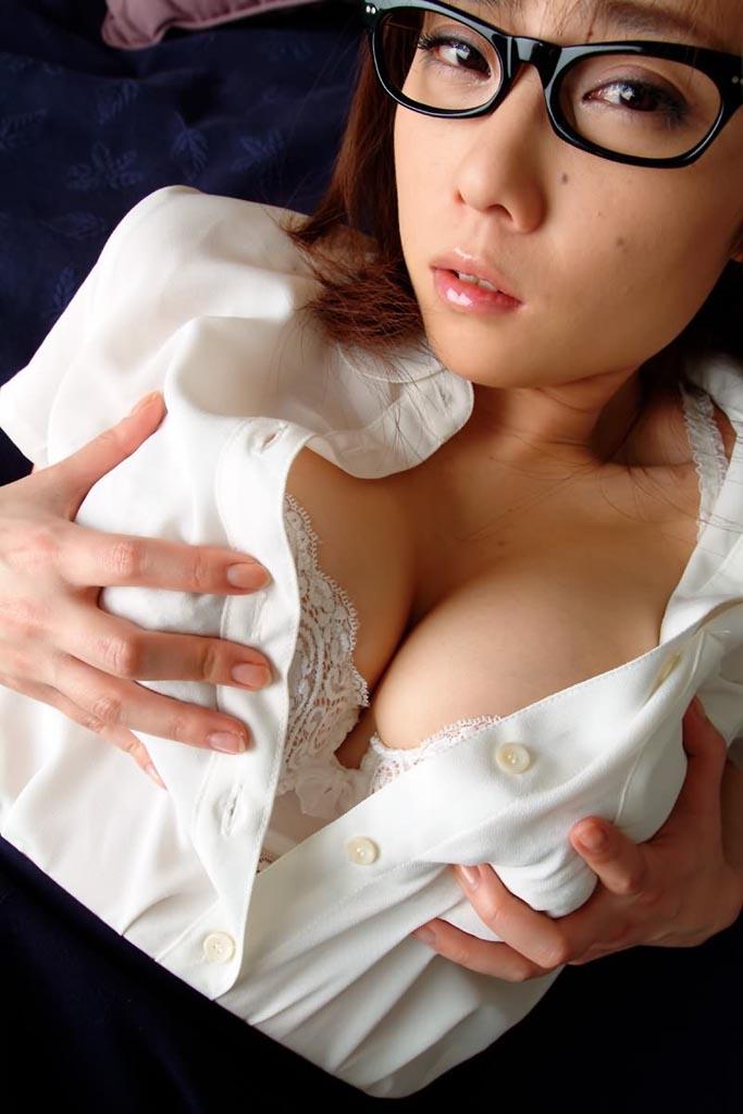 【眼鏡っ子エロ画像】普段は真面目そうに見える女の子の裸ほどエロイと思う! 22