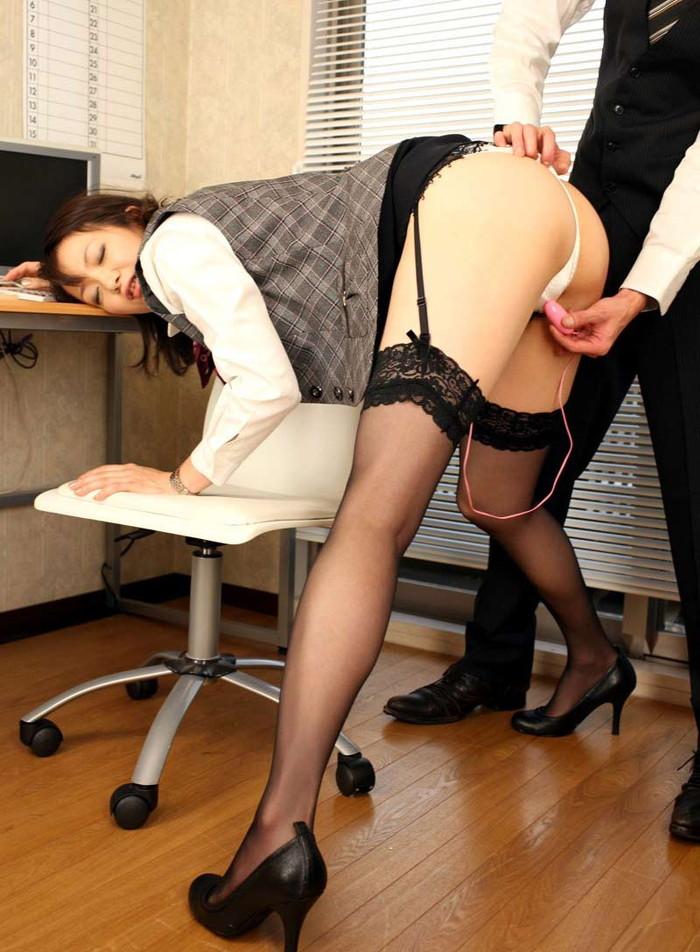 【ローターエロ画像】主導権をとられた形でローター責めされる女たちの羞恥! 02
