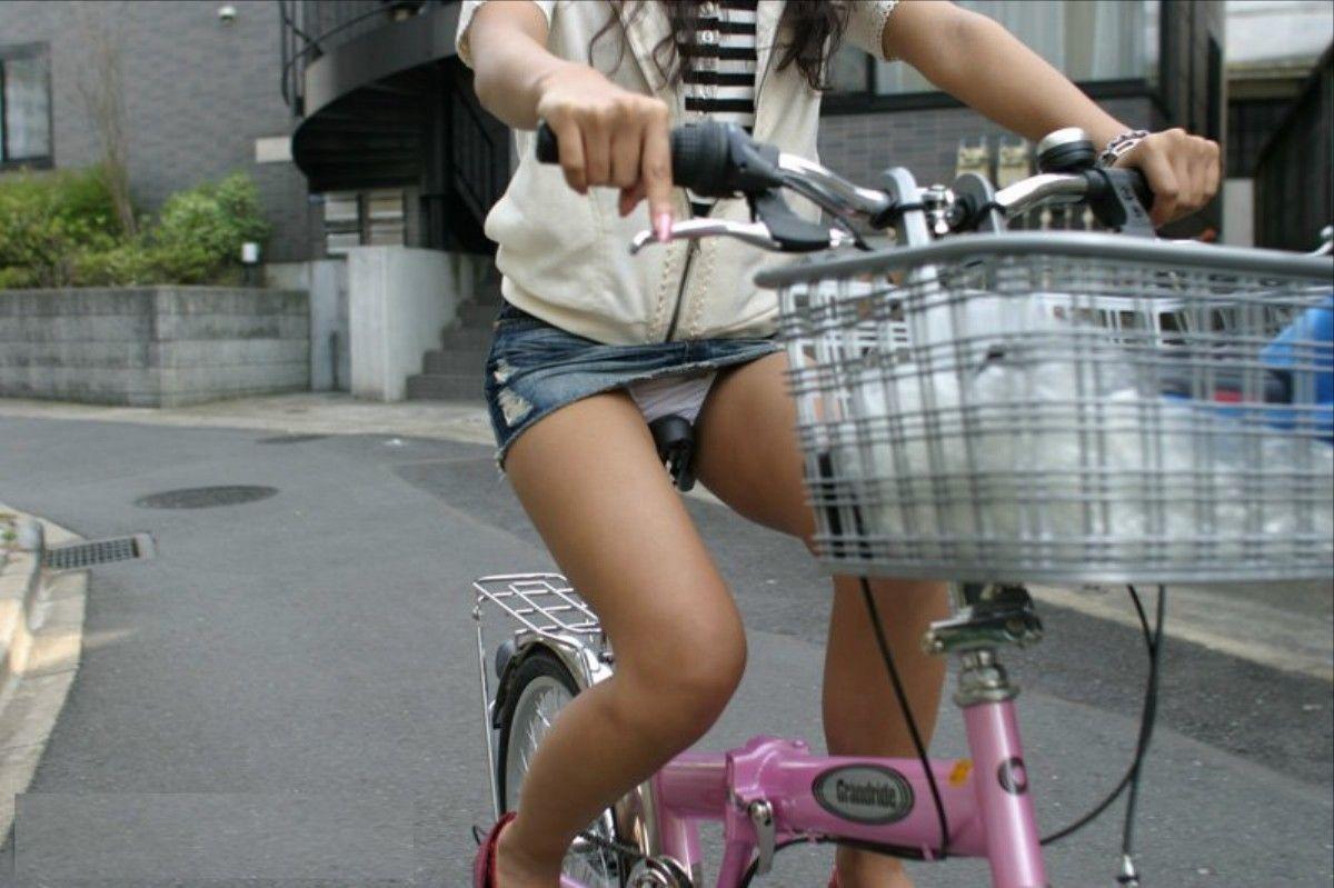 【パンチラエロ画像】自転車に乗っている女の子たちの股間が気にならないか!?w