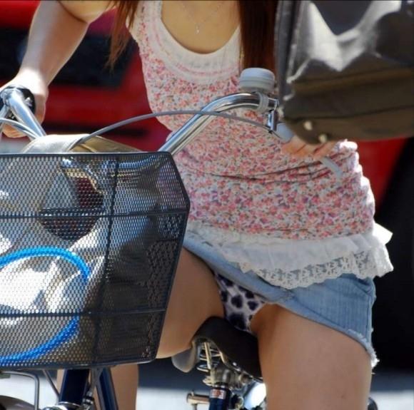 【パンチラエロ画像】自転車に乗っている女の子たちの股間が気にならないか!?w 02