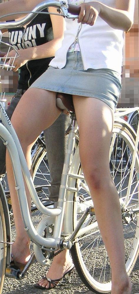 【パンチラエロ画像】自転車に乗っている女の子たちの股間が気にならないか!?w 03