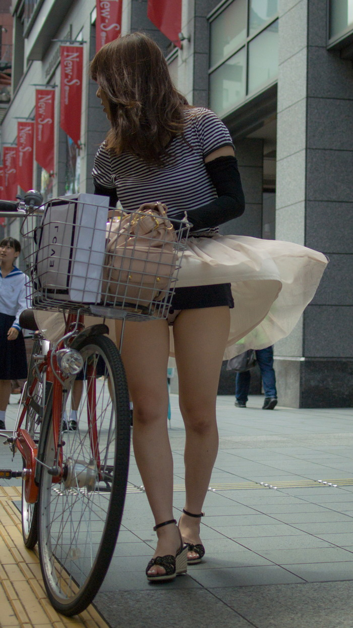 【パンチラエロ画像】自転車に乗っている女の子たちの股間が気にならないか!?w 04