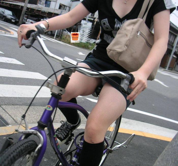 【パンチラエロ画像】自転車に乗っている女の子たちの股間が気にならないか!?w 05