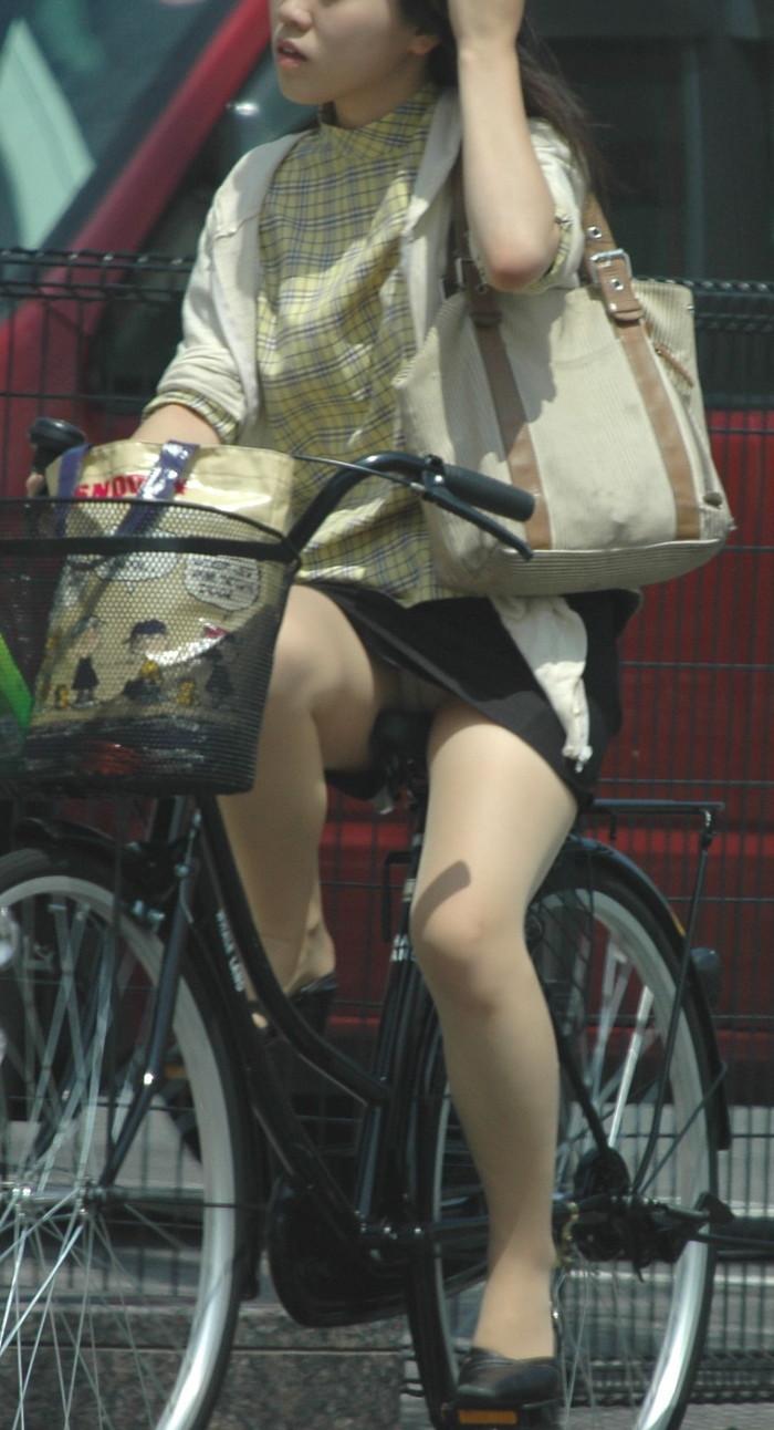 【パンチラエロ画像】自転車に乗っている女の子たちの股間が気にならないか!?w 06