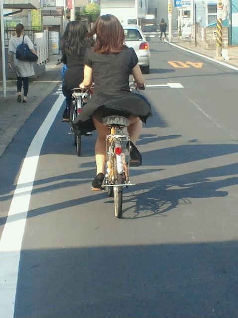 【パンチラエロ画像】自転車に乗っている女の子たちの股間が気にならないか!?w 10