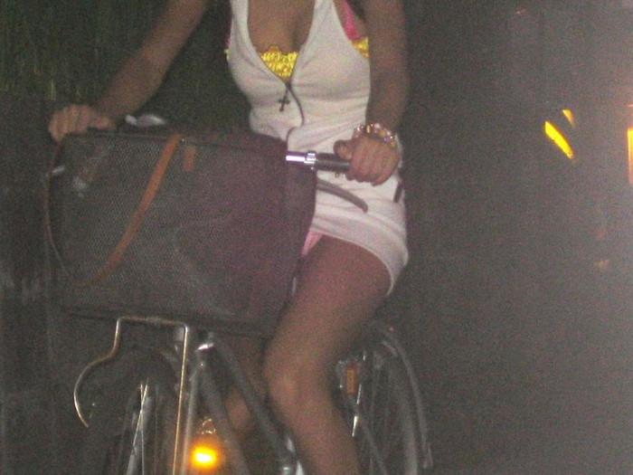 【パンチラエロ画像】自転車に乗っている女の子たちの股間が気にならないか!?w 11