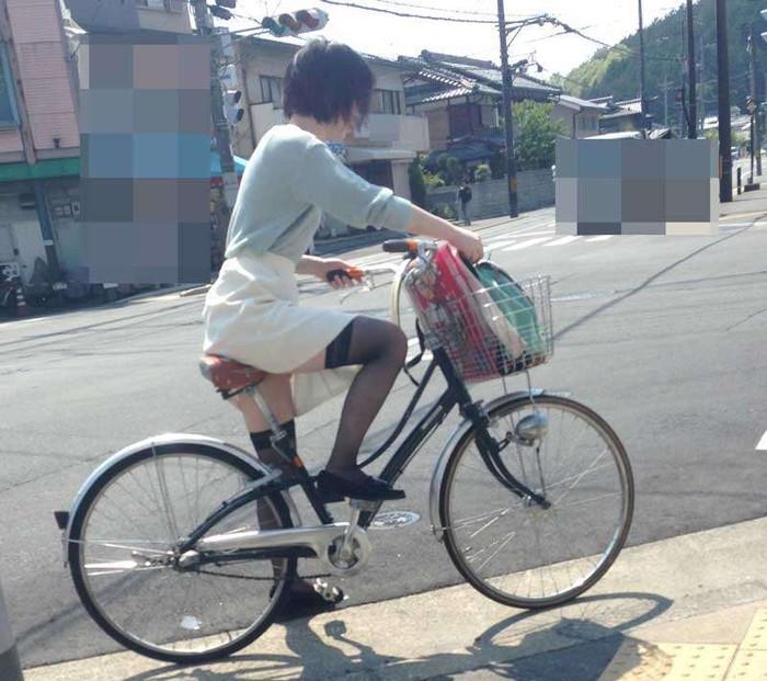 【パンチラエロ画像】自転車に乗っている女の子たちの股間が気にならないか!?w 12