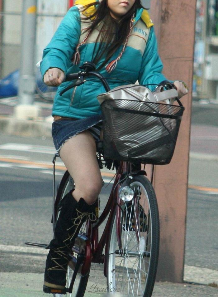 【パンチラエロ画像】自転車に乗っている女の子たちの股間が気にならないか!?w 13