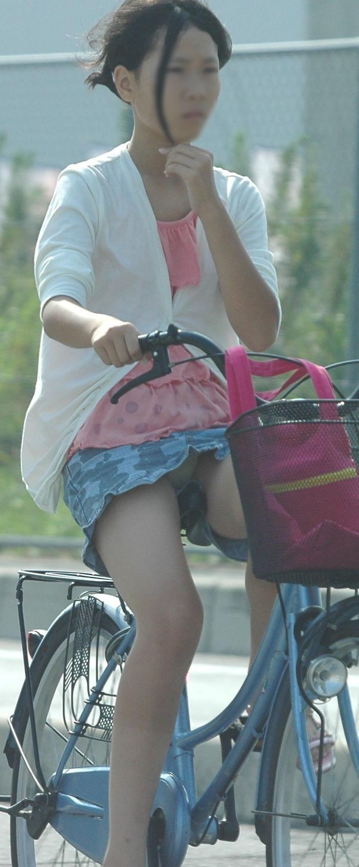 【パンチラエロ画像】自転車に乗っている女の子たちの股間が気にならないか!?w 14