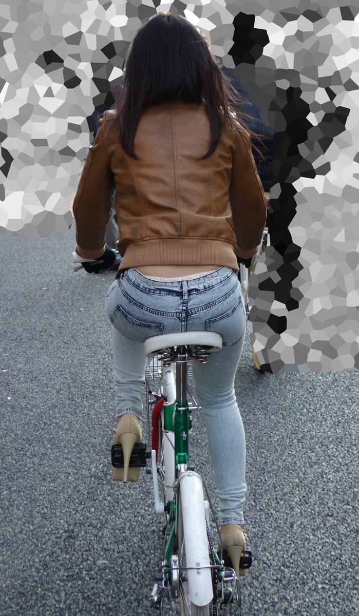 【パンチラエロ画像】自転車に乗っている女の子たちの股間が気にならないか!?w 16