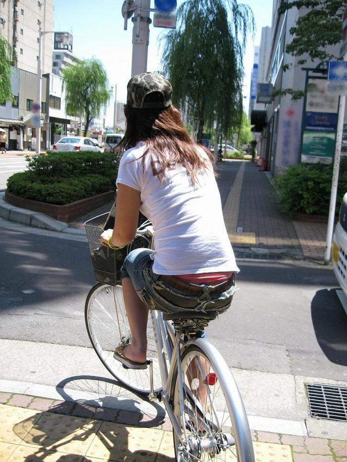 【パンチラエロ画像】自転車に乗っている女の子たちの股間が気にならないか!?w 17