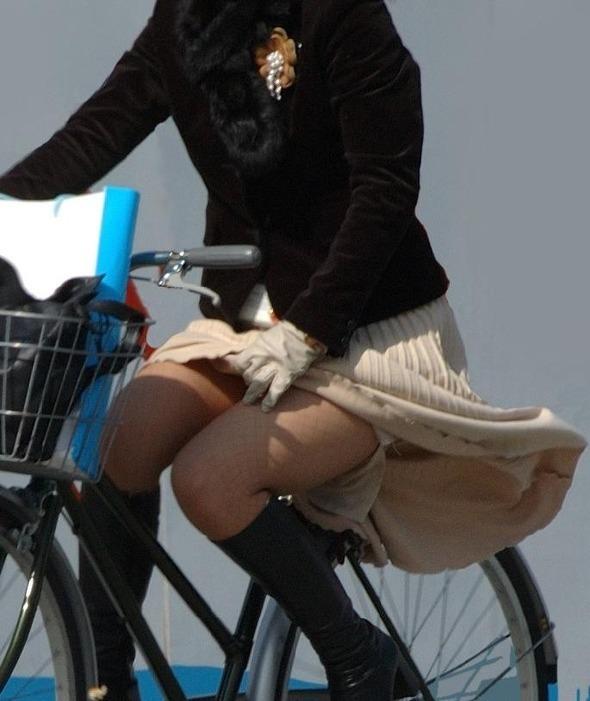 【パンチラエロ画像】自転車に乗っている女の子たちの股間が気にならないか!?w 18