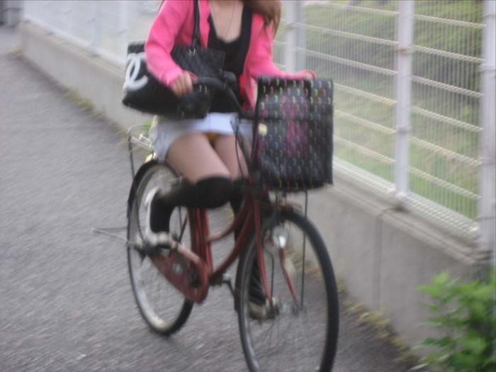 【パンチラエロ画像】自転車に乗っている女の子たちの股間が気にならないか!?w 21