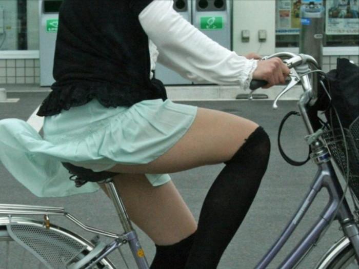 【パンチラエロ画像】自転車に乗っている女の子たちの股間が気にならないか!?w 23