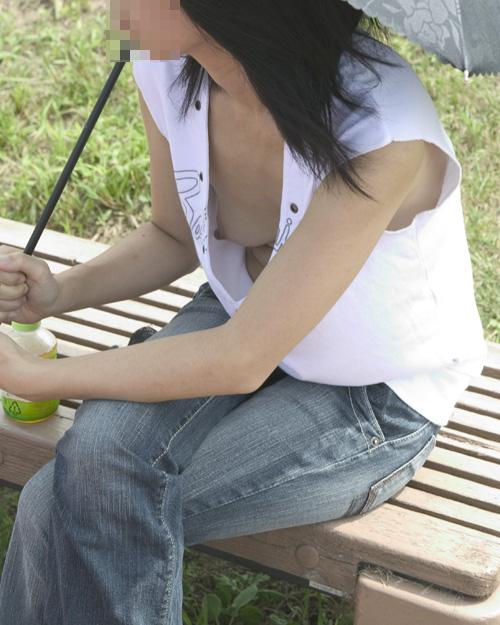 【胸チラエロ画像】偶然の産物にしてもよく撮った!と賞賛したくなる乳首見え画像 02