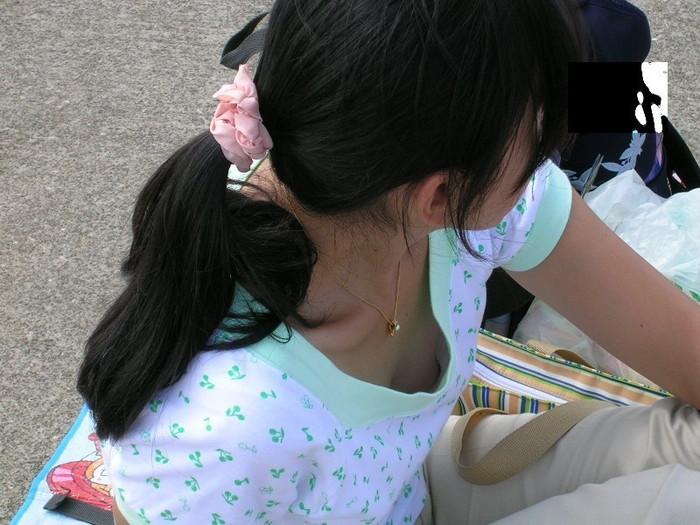 【胸チラエロ画像】偶然の産物にしてもよく撮った!と賞賛したくなる乳首見え画像 03