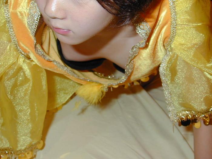 【胸チラエロ画像】偶然の産物にしてもよく撮った!と賞賛したくなる乳首見え画像 19